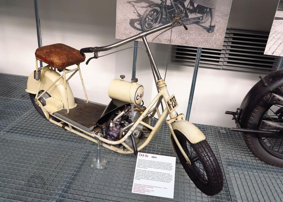 L'unique exemplaire survivant du scooter Čas de 1921 offert par sa pilote Maria Utĕšilová au musée des Techniques de Prague en 1988. (photo© F-M. Dumas/moto-collection.org)