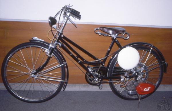 Le deux roues léger utilitaire est une longue tradition chez Honda. Ici le 50 Cub sur vélo dame en 1952.