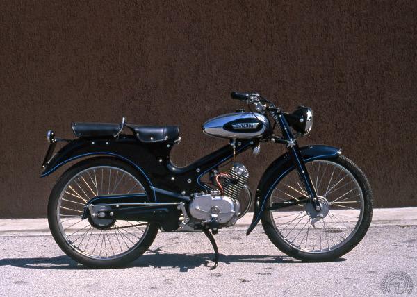 Élégante dans sa robe noire et chrome quoiqu'un peu étrange avec son cylindre maigrelet, cette Laverda 75 lança la marque en 1951.