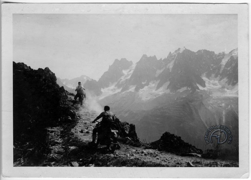 Antoine Peugeot sur la 220 P110 suivi de Marcel Pahin sur une 250 P108 à 2 000 mètres d'altitude sur le chemin du Brévent. Au fond, les aiguilles du Mont Blanc.