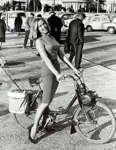 L'actrice anglaise Honor Blackman sur un Solex 2200 en 1965.