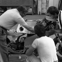Août 1978, un mois avant le Bol d'Or. Luciano Zen entouré de deux mécanos met la main à la pâte pour la première mise en place du carénage, de la selle et du réservoir modifiés.