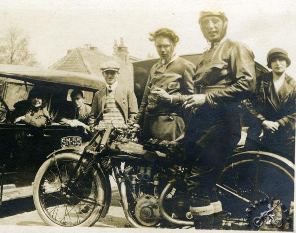 Cette photo prise en Belgique est datée de 1926, mais il s'agit d'une version de 1925 encore équipée d'une fourche type Druid à deux ressorts latéraux. Le double carburateur était une option.