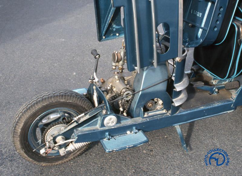 Les dessous d'un Scootavia V2 de 1952 montrent bien la suspension et la roue à jante démontable.