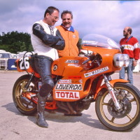 Coupes Moto Légende à Montlhéry en 1997 : Augusto Brettoni champion d'endurance en 1971 est au guidon et discute avec Nicola Bevilacqua importateur Laverda en Belgique.