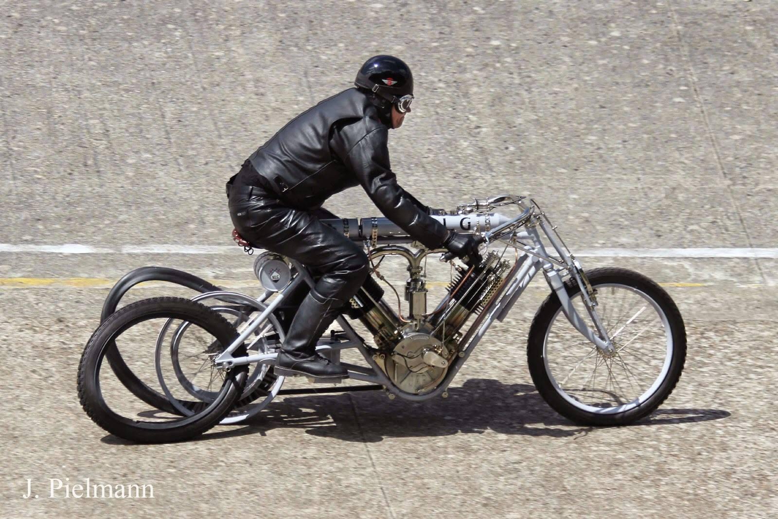 Le site allemand http://murderdromecycles.blogspot.fr/ publie une impressionnante photo de J. Pielman lorsque Pavel Malanik a perdu son pneu arrière sur l'anneau lors du Montlhéry Vintage Revival. Croyez vous qu'il est tombé? Même pas, il est rentré au bercail sur la jante. Quand même fortiche le Tchèque !
