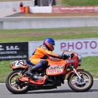 En piste comme lors de pratiquement toutes les manifestations de motos de courses classiques, la V6 est ici à l'ASi Motor Show en 2010.