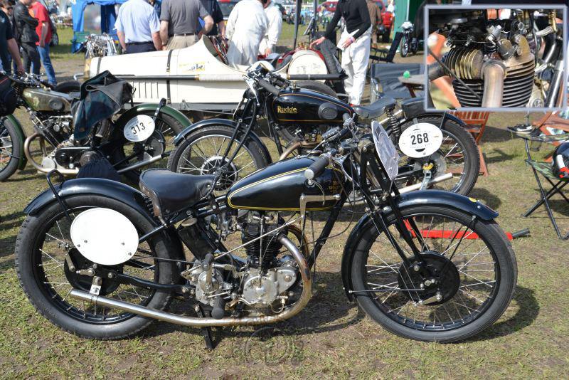 Duo de Rudge. La 500 GP 1929 à 4 soupapes parallèles est devant la 500 Ulster 1934  quatre soupapes, radiales à l'échappement parallèles à l'admission.