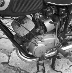 Amélioré au fil des ans, le bicylindre de l'YDS2 va s'affirmer sur route comme sur circuit comme l'une des plus belles réussites de sa génération.