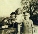 1923 : Dès ses origines la Motobécane attire les jolies filles. Ici entourée de ses deux frères, Françoise Benoît, la fille du fondateur de la marque au guidon de la 175 MB1 de 1923. Françoise sera plus tard l'épouse de Claude Noblet ultime président de la société.