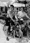 1950 : les premières AV3 prennent ici le soleil aux Bermudes. La dame est sur une des premières versions sorties en 1950 avec le fameux phare aérodynamique dessiné par Géo Ham et l'homme chevauche l' AV33 de 1954 qui inaugure le réservoir entourant le tube de selle.