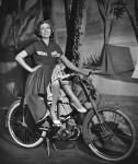 1952 : Suzy Delair, qui vient de fêter ses 100 ans le 31 décembre 2017, chevauche le tout dernier modèle de 1952, la Mobylette AV31 qui inaugure la fourche télescopique.