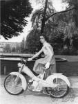 1956 : Émotion, j'ai fait mes premiers tours de roue motorisés avec la même Mobylette AV76 (ici en prototype) qui commence très chic en 1956 avec ce modèle aux yeux de souris en robe de soirée, gants blancs et talons hauts.
