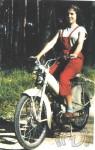 1956 : Mireille Jaulmes la fille de Christian, le papa de la Mobylette (et de la plupart des Motobécane qui suivent) est ici au guidon d'une Mobylette AV77 de présérie. Ces premières «Bleues» à cadre coque réservoir de 5 l seront beige mastic et produites par les anciennes usines de Saint Quentin aujourd'hui reconverties en musée