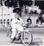 1960 : L'AV44 s'exporte, mais le casque de cette élégante Saïgonnaise n'est certainement pas homologable chez nous.