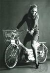 1968 : Une élégante Batave au guidon d'une Kaptein AV42 de 1968. Comme sur les vélos du pays, le panier à portée de main est obligatoire et il sert aussi ici de support pour l'immatriculation.