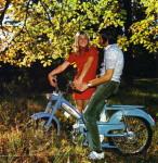 1969 : Rien de tel qu'une Bleue pour séduire. Regardez les yeux enamourés de cette jeunette qui tient par la main une belle 50 VS de 1969. V pour Variateur et S pour suspension arrière oscillante… mais n'espérez pas d'hydraulique… juste des ressorts !