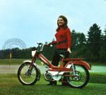 1969 : Il y a de quoi être fier et bomber le torse quand on parade sur un terrain de golf au guidon de cette Motobécane 50 VL orange et blanche.