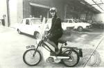 1970 : My god ! cette souriante Bobbie britannique de la police londonienne semble apprécier son AV40.