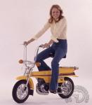 1973 : Il aurait suffi d'un petit tablier pour que ce X7 à roues de 10 pouces devienne un scooter. Présenté un an après le X1 ce «grand mini» connut plus de succès que son petit frère.