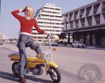 1973 : Vous l'avez deviné, Motobécane destine avant tout son petit X7 de 37 kg aux jeunes filles. On note l'équipement encore rare de clignotants (alimentés par le volant magnétique), une prouesse dont Christian Jaulmes était très fier.