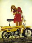 1973 : La vue en contre-plongée permet d'admirer la mécanique… du X7, identique à celle des Mobylette avec ou sans variateur et, ici, sans suspension.