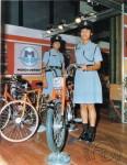 1974 : Revenons aux choses sérieuses avec ces deux gendarmettes qui posent aux côtés d'une AV50 au salon de Bombay.