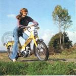 1975 : Parée pour l'aventure avec cette belle Motobécane 50 VLC jaune.