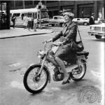 1978 : Bien sérieuses encore cette Américaine au guidon d'une AV50 dans les rues de New York ; sans casque, sans gants et en talons, bien sur !