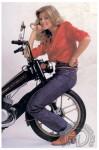 1982 : Après différentes tentatives d'invasion du pays de Harley, Motobécane présente «Le Moped» réplique à la R5 «Le Car» apparue en 1976. Problème cette Américaine ne la prend pas dans le bon sens… est-ce une astuce pour mieux montrer le moteur !