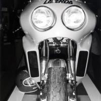 Au salon de Milan 1977, la V6 vue de face étonne par révèle l'étroitesse du moteur.