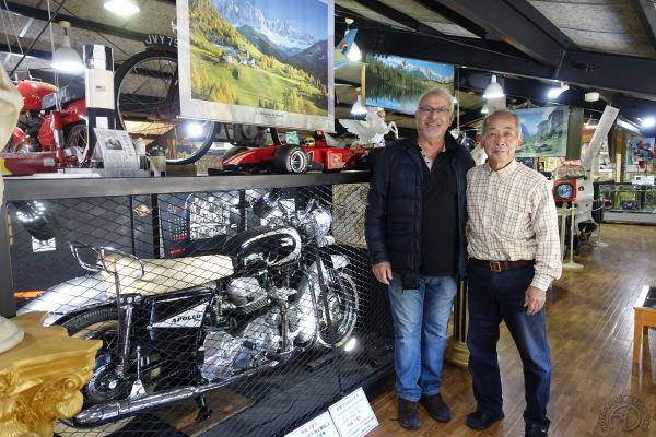 Le maître des lieux Hiroaki Iwashita, pose fièrement avec moi devant la Ducati Apollo.