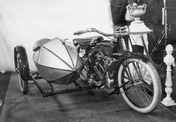 Une autre vue de la 1000 en salon en 1922 avec un magnifique side-car en obus