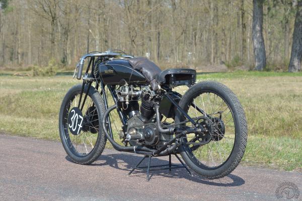 La McEvoy de 1924 se distingue par son cadre « triple berceau » : un tube central boulonné au moteur plus un double berceau ininterrompu. Les double échappements de chaque cylindre en tubes flexibles sont conformes à l'original.