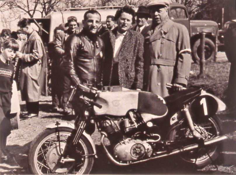 H.P. Müller champion du monde 250 cm3 en 1955 pose derrière sa Sportmax.