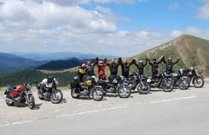 Quasi pas de motos modernes sur les toutes petites routes de col des Pyrénées. Quelle bonne surprise d'y rencontrer ces huit Triumph qui y ont fait 900 km en quatre jours.