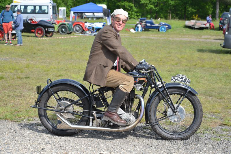 Comme beaucoup, Olivier Iacconi sur sa Styl'son 500 RK de 1929 a magnifiquement joué le jeu de la tenue d'époque et le spectacle y gagne.