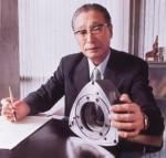 Jitsujiro Suzuki, président de la firme, présente fièrement son moteur rotatif licence Wankel.