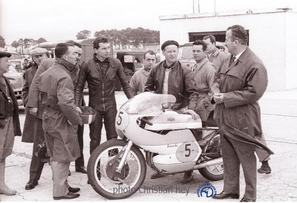 À Montlhéry en 1961 avant l'essai de la 500 Bianchi conçue par Lino Tonti (au premier plan)