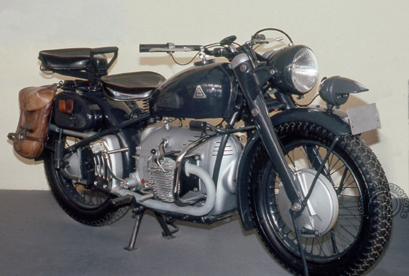 La 580 dans sa version intermédiaire apparue en 1949 avec déjà l'arbre de transmission à gauche et kick et sélecteur à droite, mais encore le cadre rigide et la fourche parallélogramme. (Musée de Lucerne)