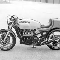 De profil et sans carénage, la V6 de 1977 révèle sa grande longueur.