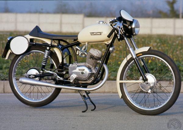 Ce 75 cm3 Sport version Milan Tarente de 1953 annonçait 4,7 ch à 7500 tr/min et 88 km/h. Le cadre est dorénavant un double berceau en tubes assorti de suspensions plus modernes.