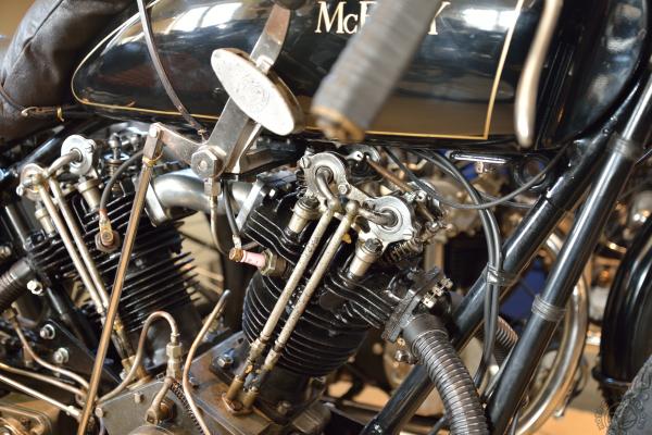 Les quatre soupapes par cylindre et la culbuterie sont entièrement à l'air libre sur la version 1924.