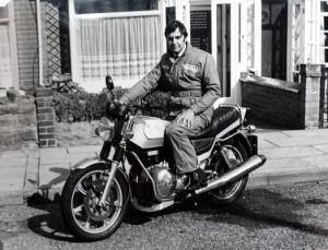 Bob Trigg, qui fut entre autres l'inventeur du montage Isolastic des Commando, pose ici fin 1976 sur la Rotary prévue pour la commercialisation.