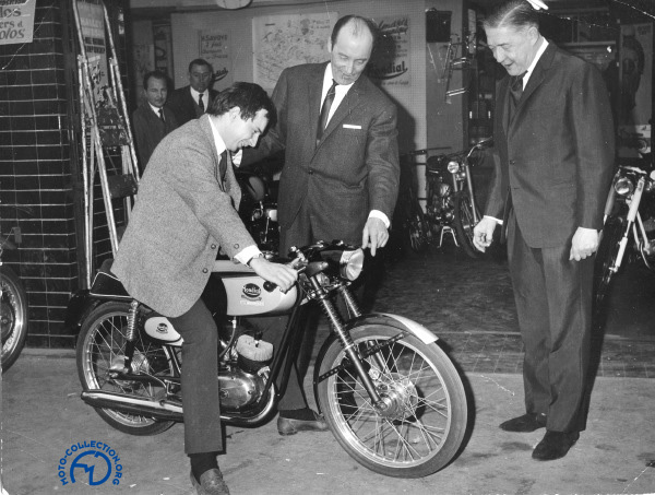 En selle lors de la présentation du 50 Mondial devant Benjamin Savoye et Georges Monneret en 1964.
