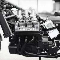 Suivant ses bonnes habitudes, Laverda a opté pour un moteur porteur ce qui a permis d'alléger le cadre au maximum… un peu trop d'ailleurs sur cette première version.