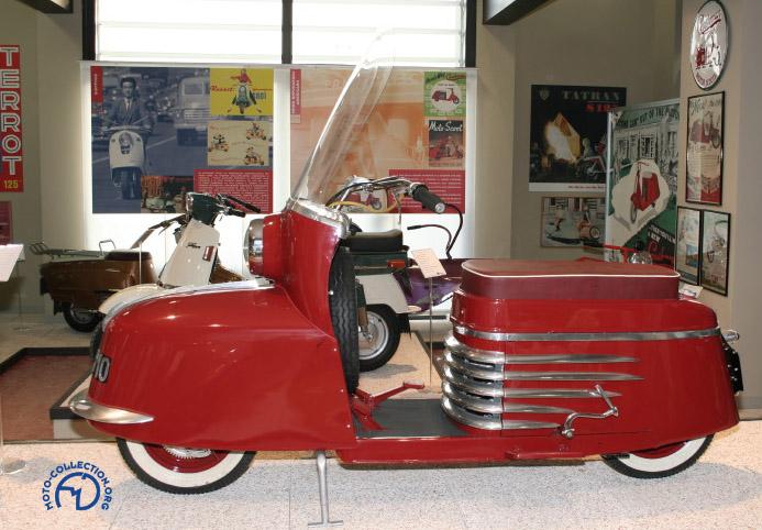 Vittorio Tessera dans son musée du scooter à Rodano près de Milan, a récupéré l'un des premiers, sinon le premier, Scootavia construit.