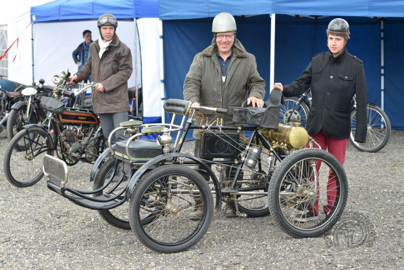Alain Cortot et son quad-ricycle de Dion de 1899. Heureux !