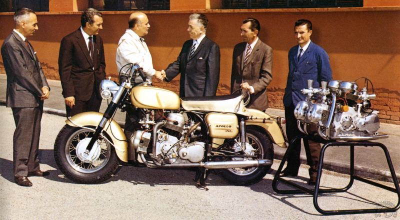 Présentation officielle en 1963. De gauche à droite, un inconnu, Cosimo Calcanile, le directeur commercial, le dottore Montano (veste blanche), Joe Berliner le commanditaire et Fabio Taglione, le concepteur. (archives Ducati)