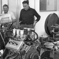 Luciano Zen, rigolard, et Giulio Alfieri, pensif, devant leur moteur au banc d'essai. (Avril 1978)